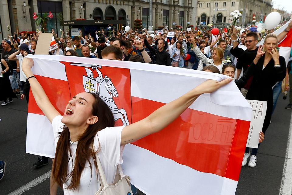Kilka tysięcy ludzi wyszło na ulice Mińska, pokazując swój sprzeciw wobec brutalnych represji, 14 sierpnia 2020 r.