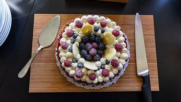 kruche ciasto z malinami, zdjęcie ilustracyjne