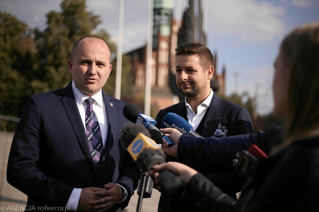 Dariusz Matecki i Patryk Jaki podczas konferencji prasowej PiS przed wyborami parlamentarnymi