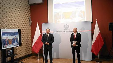 Wojewoda Tomasz Hinc oraz prezes RIO Bogusław Staszewski, prezentują raport o finansach samorządów