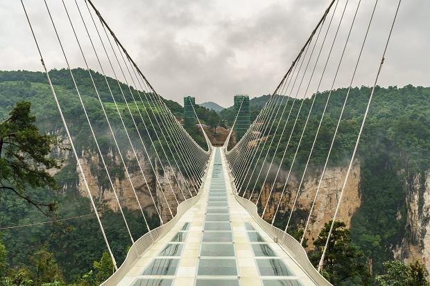Najsłynniejsze szklane baseny i mosty. Patrzysz w dół, a tam... przepaść. Tylko dla ludzi o mocnych nerwach