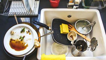 Naczynia w zlewie
