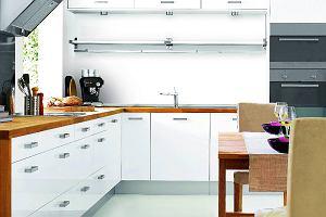 Kuchnia biała z drewnem na trzy sposoby. Jedno wnętrze trzy aranżacje
