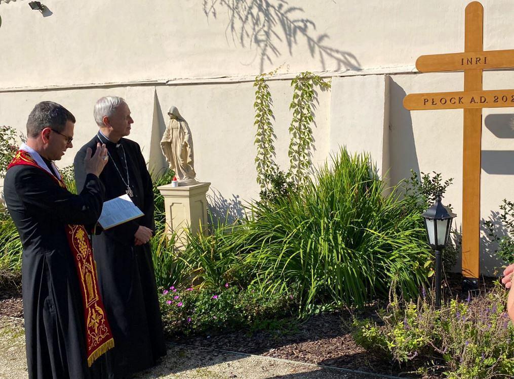 Poświęcenie krzyża morowego w ogrodzie domu bp. Piotra Libery