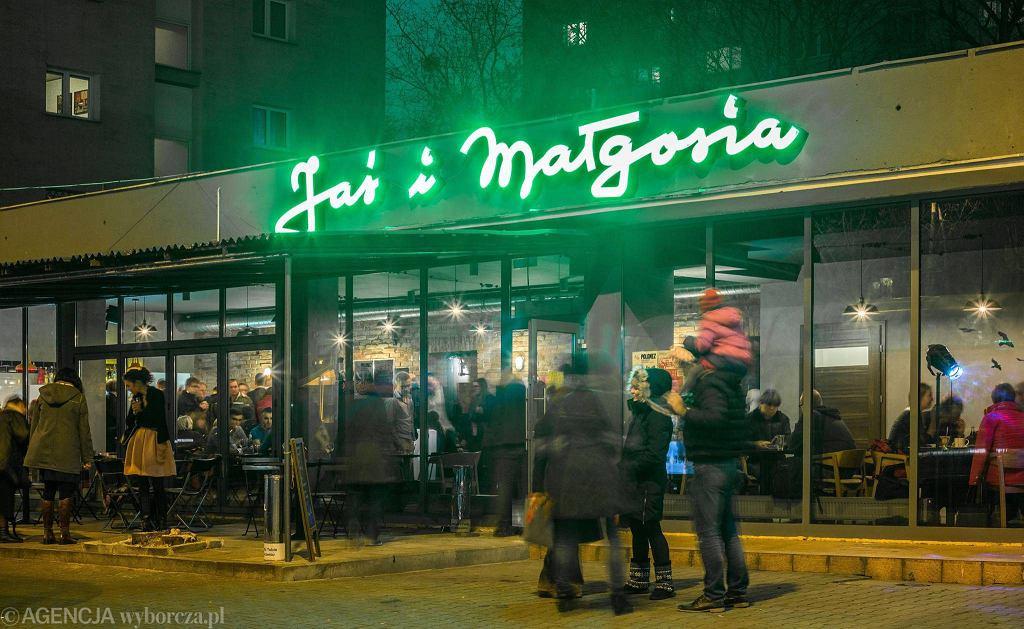 Odpalenie neonu na kawiarni Jaś i Małgosia w al. Jana Pawła II / BARTOSZ BOBKOWSKI