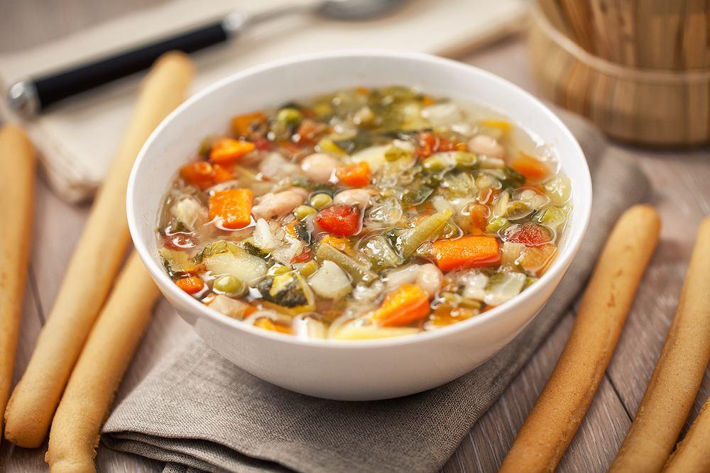 Zupa minestrone pochodzi z Włoch. Jej nazwa wywodzi się od włoskiego słowa minestra, czyli po prostu zupa