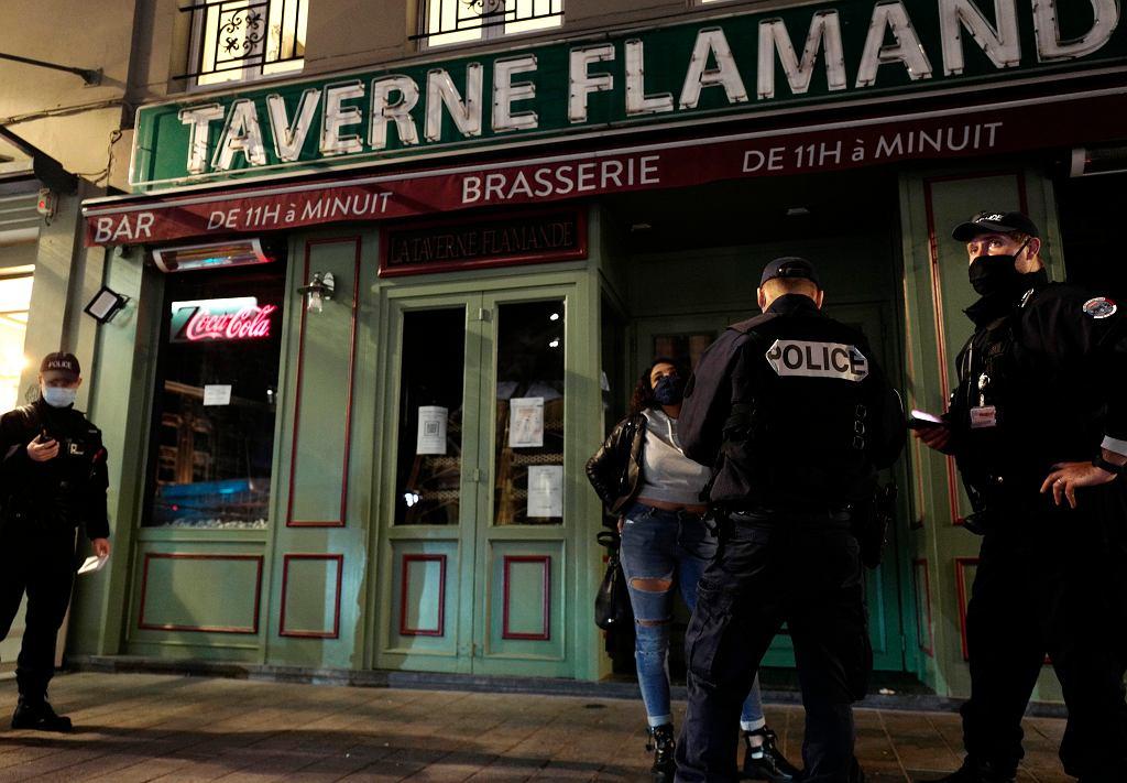 Francja. Policja w Lille sprawdza, czy przestrzegane są zasady godziny policyjnej.