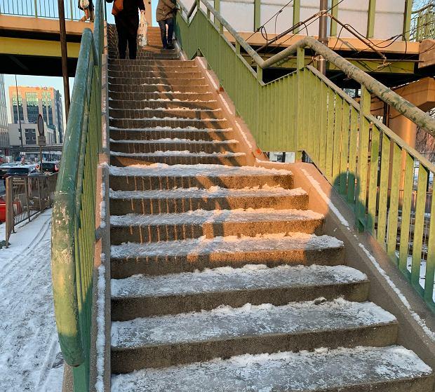 Oblodzone schody przy ulicy Marynarskiej
