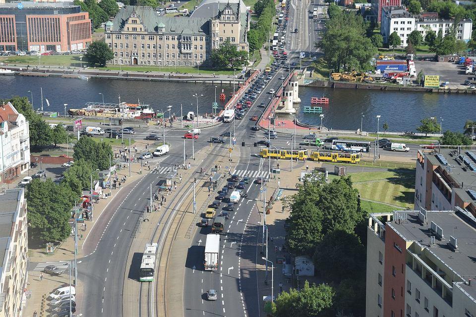 Skrzyżowanie przy Moście Długim. Zbudowany zostanie dodatkowy zakręt w lewo (i w przeciwną stronę)