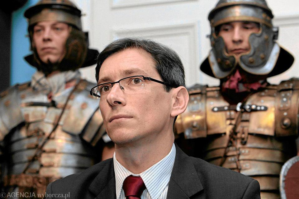 Sławomir Hinc jako wiceprezydent Poznania. W tle legioniści z grupy rekonstrukcyjnej