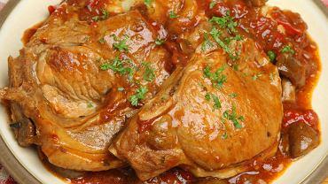 Karkówka po cygańsku to danie, które wymaga dość długiego przygotowywania. Zdjęcie ilustracyjne