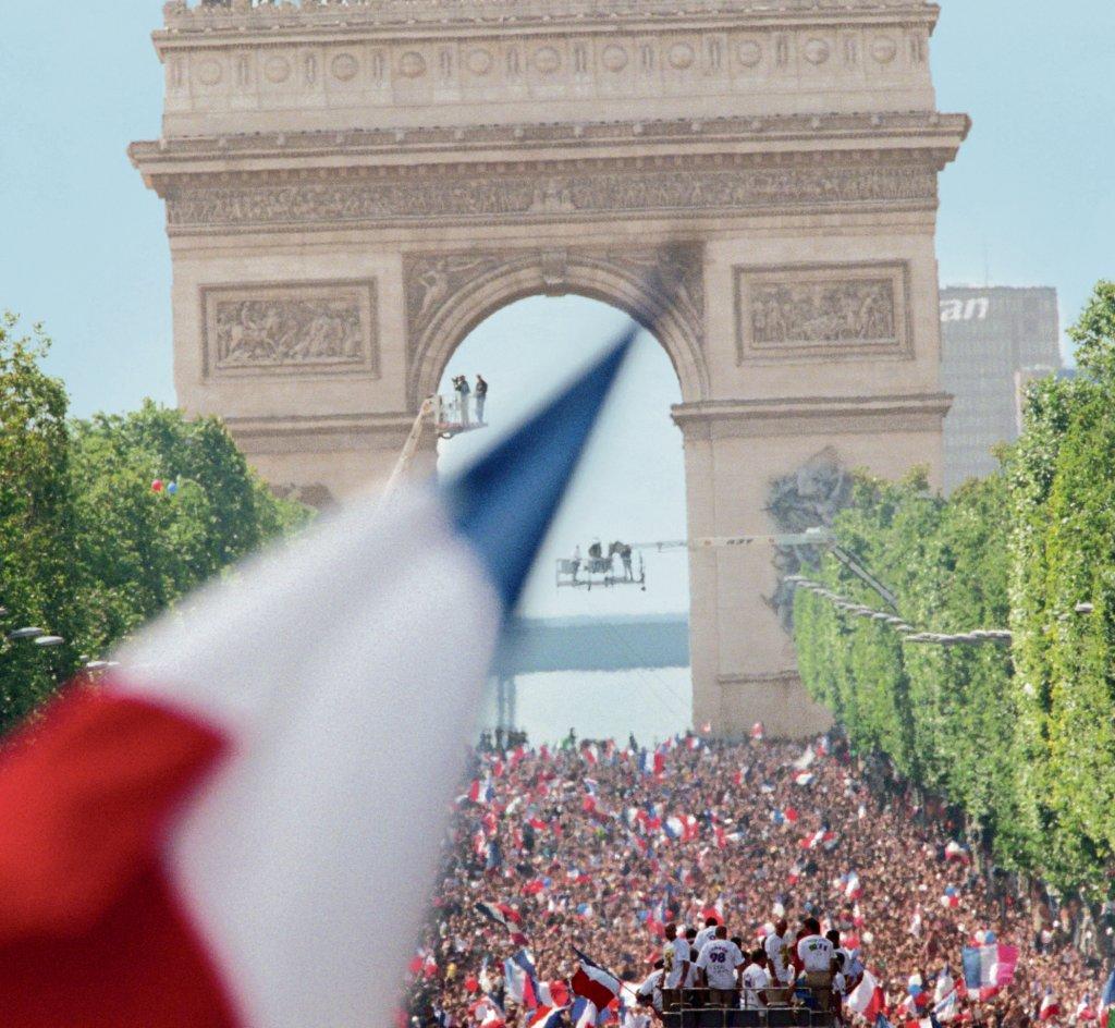 Dzień zwycięstwa  pod Łukiem Triumfalnym. Francuzi świętują mistrzostwo świata w 1998 r.