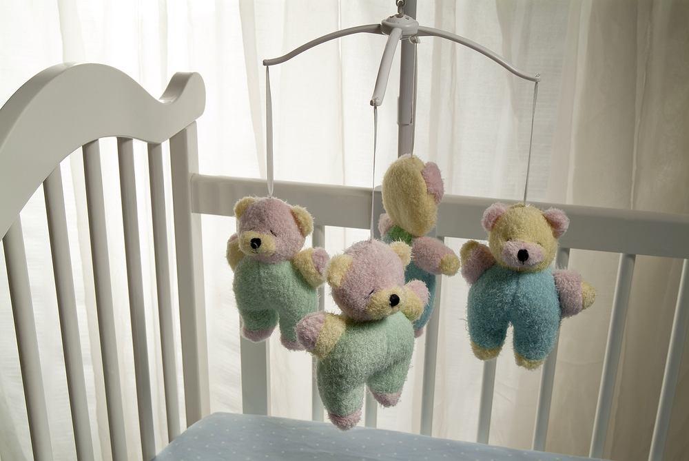 Karuzela do łóżeczka to zabawka, która stymuluje dziecko i jeśli tylko maluch ją polubi, dłużej zajmie się sobą, leżąc bezpiecznie w łóżeczku