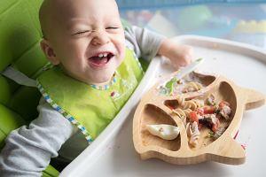 Dziecko karmisz łyżeczką? Ekspertka: Nie jest potrzebna. Zobacz, jak ulepszyć posiłki malucha [WYWIAD]