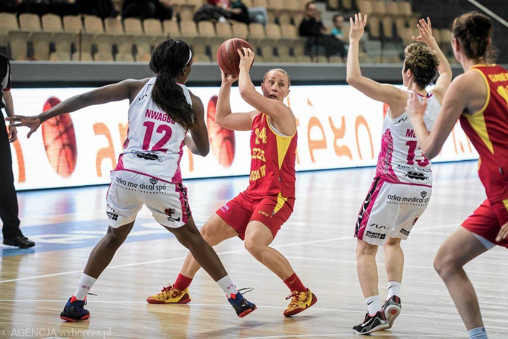 Paulina Pawlak (z piłką) w pierwszym meczu z Wisłą nie zagrała z powodu choroby