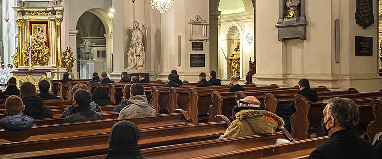 """Victor Orban pokazał zdjęcie z Warszawy. Modli się w kościele. """"Roraty"""""""