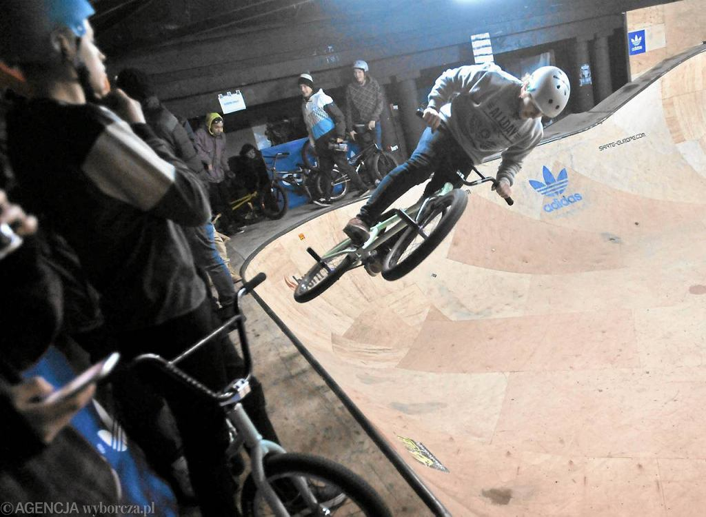 Impreza dla zawodników na rowerach bmx w skateparku Burn Bowl na Skrze