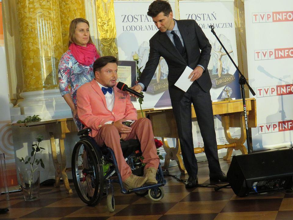 Bartłomiej Skrzyński w towarzystwie siostry Magdaleny odbiera na Zamku Królewskim statuetkę Lodołamacza Specjalnego