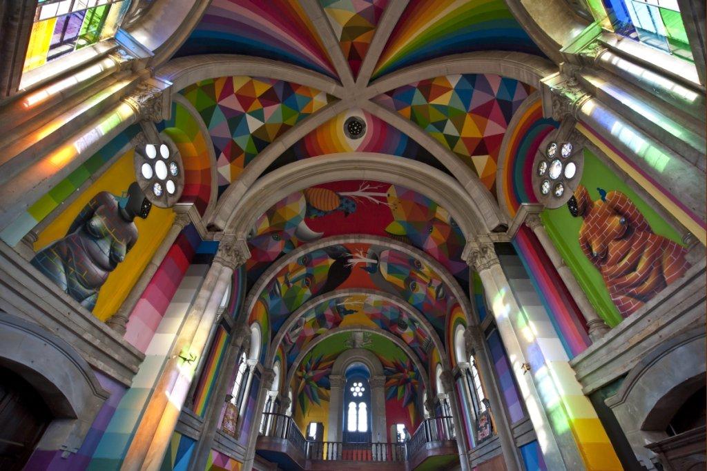 Opuszczony kościół w mieście llanera w Hiszpanii zmieniono w kolorowy skatepark