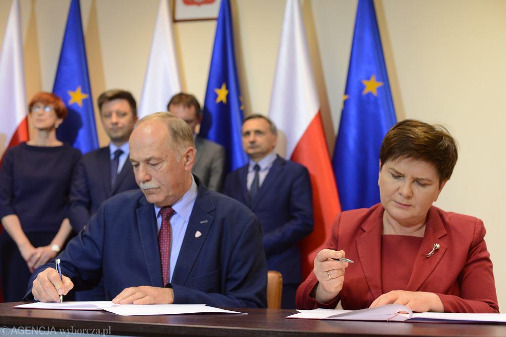 Strajk nauczycieli. Ryszard Proksa i Beata Szydło podpisują porozumienie