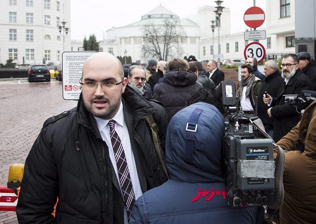 Dziennikarze w drodze na spotkanie z marszałkiem senatu. Z lewej Jaroslaw Olechowski z TVP. Warszawa, 19 grudnia 2016