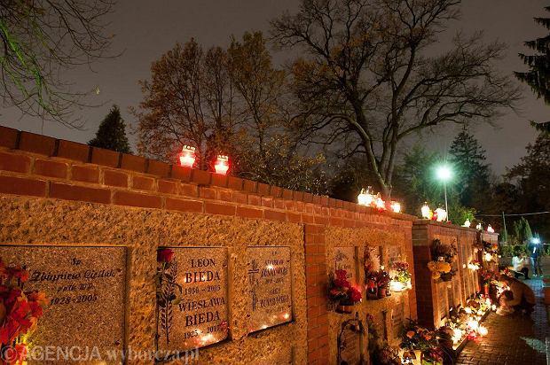 Zdjęcie numer 1 w galerii - Cmentarze najpiękniej wyglądają nocą. Zobacz zdjęcia z wrocławskiej nekropolii