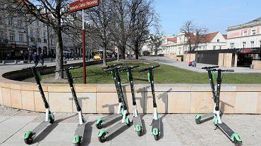 Kierujący hulajnogą to pieszy? Policja wyjaśnia swoją decyzję ws. wypadku w Warszawie