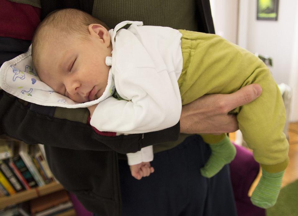 Noszenie noworodka na rękach załagodzi objawy kolki