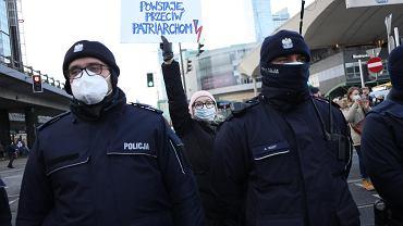 Przygotowania do Strajku Kobiet - protest przeciw zaostrzaniu prawa aborcyjnego. Dzień Kobiet, Warszawa, 8 marca 2021