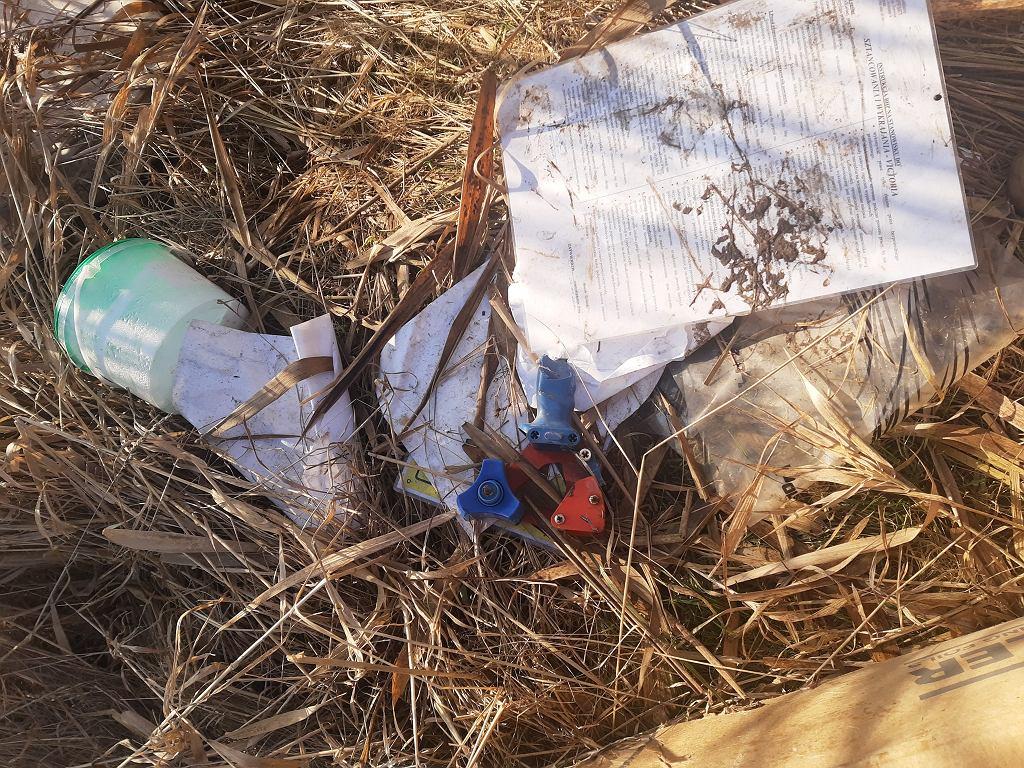 Śmieci wyrzucone na polu w Kuniowie