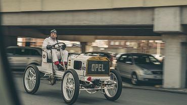 Piotr R. Frankowski i zabytkowy wyścigowy Opel