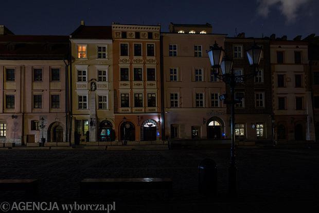 W nocy z wtorku na środę Kraków zatonął w ciemnościach. Zarząd Dróg zdecydował, że codziennie od północy do 4 rano będzie wyłączał wszystkie światła uliczne. Powód? Oszczędność 20 tys. zł każdej nocy, gdy nie świecą latarnie, i - jak przekonuje Michał Pyclik z ZDMK - racjonalność: - W nocy nie jeździ komunikacja zbiorowa, ludzie nie chodzą na przystanki, nie idą do pracy. Nie można wychodzić z domu, miasto śpi. Knajpy i restauracje są zamknięte, nie ma żadnego życia nocnego - wyliczał Pyclik w rozmowie z 'Wyborczą'. Pomysł nie był konsultowany z policją, a ta spodziewa się wzrostu włamań i kolizji. Na zdjęciu: Mały Rynek.