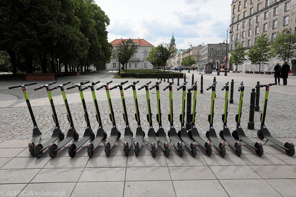 Hulajnogi elektryczne na ulicy Krakowskie Przedmieście w Warszawie