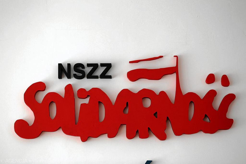 Logo NSZZ 'Solidarność' w siedzibie związkowców w Olsztynie (zdjęcie ilustracyjne)