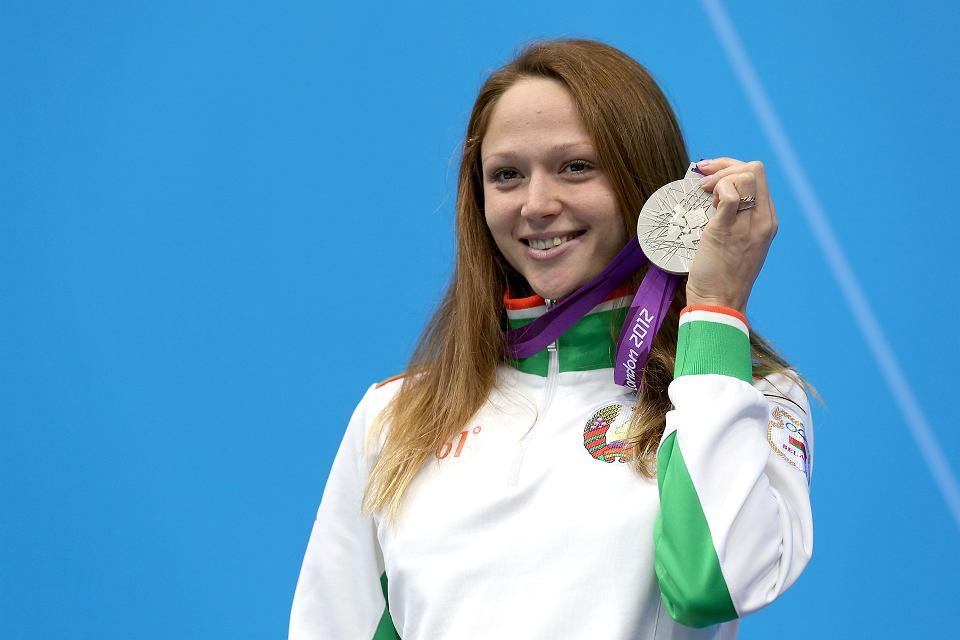 Białoruska pływaczka Alaksandra Hierasimienia na olimpijskim podium ze srebrnym medalem w dłoni, zdobytym w kategorii 50 m stylem dowolnym. Londyn, 4 sierpnia 2012 r.
