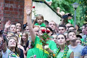 Tłum kibiców pod szpitalem. Róże i okrzyki dla Darcy'ego Warda