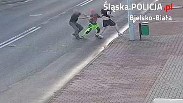 Napastnik wyjął nóż i na ulicy zaatakował mężczyznę. Zareagował jeden z kierowców