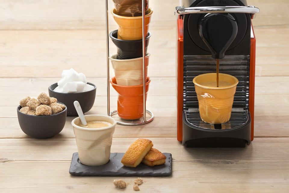 'Gniecione kubki' o pojemności 80 ml są idealne do espresso.