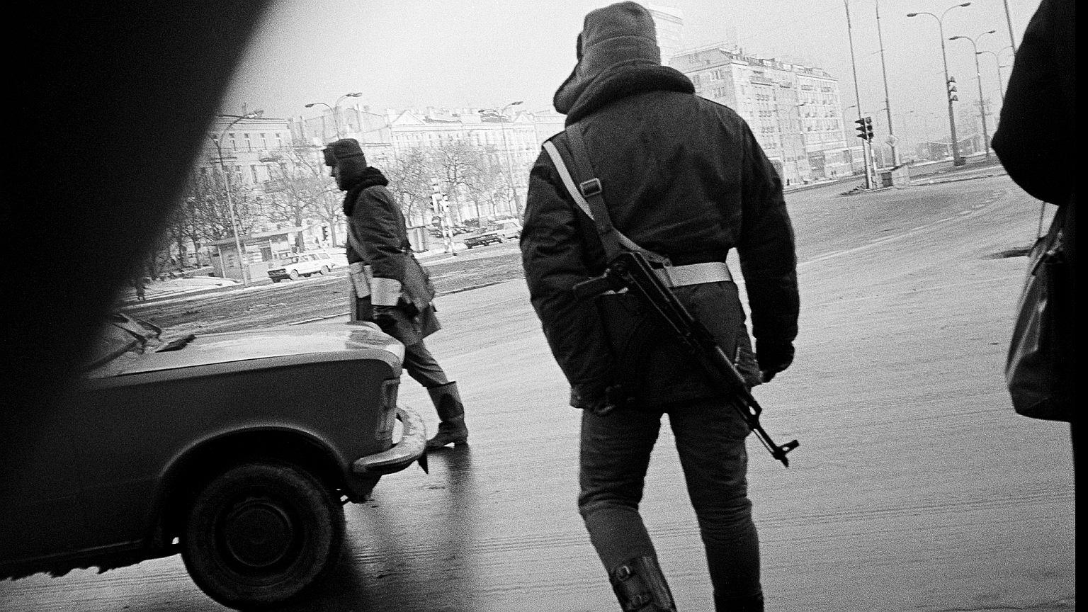 Zdjęcie zrobione z ukrycia w stanie wojennym