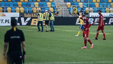 Arka Gdynia - Wisła Kraków 0:0. Chuligan sprowadzany z boiska przez ochroniarzy