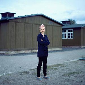 Joanna Ostrowska na terenie KL Sachsenhausen, nazistowskiego obozu koncentracyjnego. Drewniany barak, w którym mieścił się obozowy dom publiczny, rozebrano po wojnie