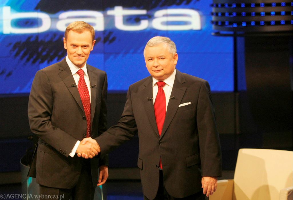 Donald Tusk i Jarosław Kaczyński podczas słynnej debaty wyborczej w TVP, 12.10.2007 r.