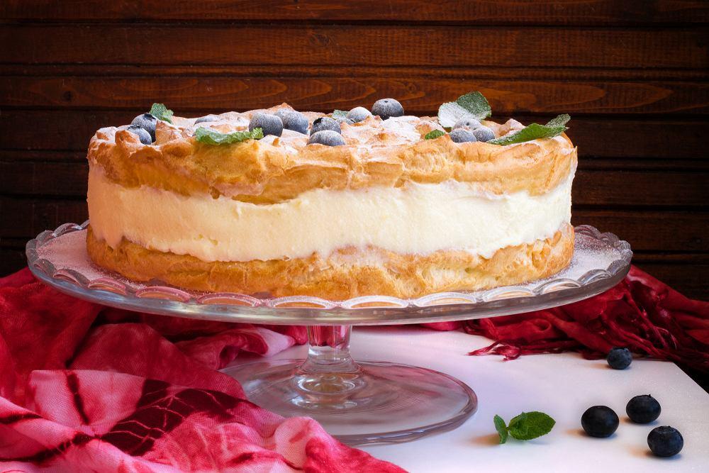 Karpatka to popularna wersja ciasta z kremem. Wykonujemy je z tzw. ciasta parzonego, co łączy karpatkę z jej młodszym rodzeństwem - eklerkami i ptysiami