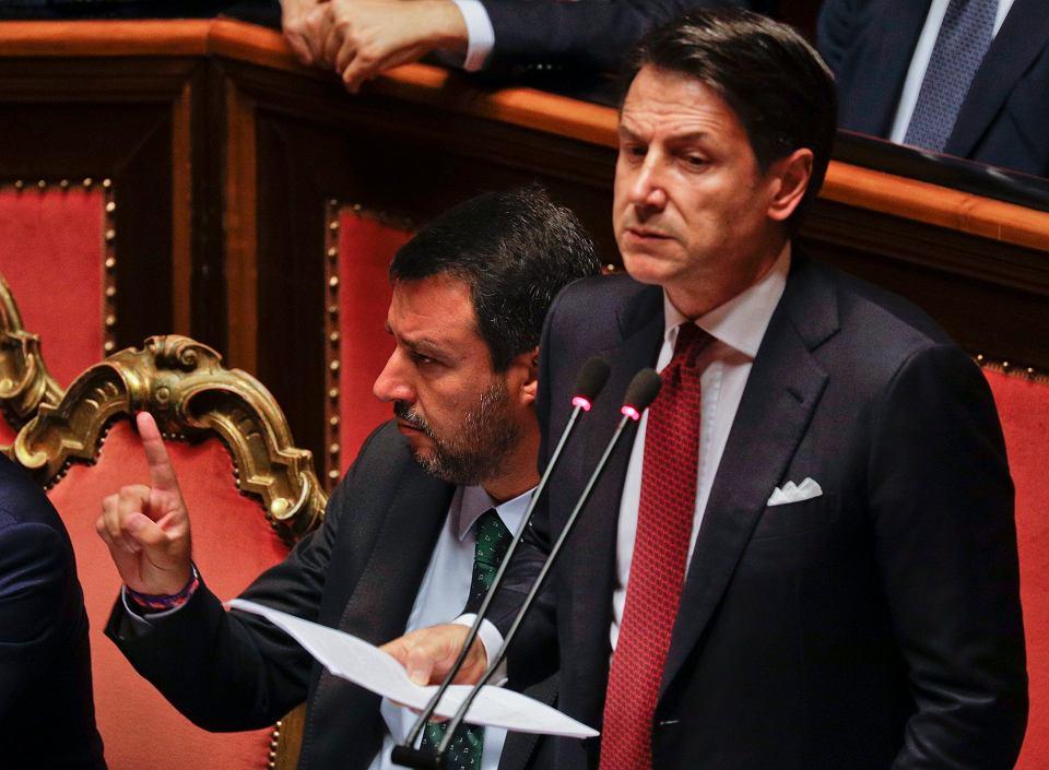 Premier Włoch Giuseppe Conte zapowiedział w Senacie złożenie dymisji na ręce prezydenta Sergia Mattarelli w związku z rozpadem koalicji Ligi i Ruchu 5 Gwiazd. Po jego lewej stronie gestykuluje wicepremier i szef MSW Matteo Salvini. Rzym, 20 sierpnia 2019 r.