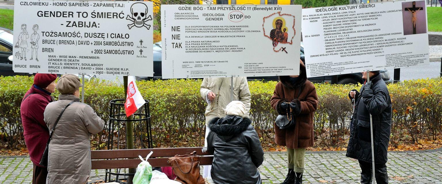 Pikieta przeciwników gender na warszawskim Placu Zbawiciela (fot. Adrian Grycuk / Wikimedia.org / CC BY-SA 3.0 pl)