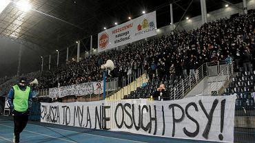 13 grudnia 2013. Transparent na meczu z Lechem Poznań. Kibole wypowiadają wojnę z Osuchem