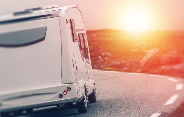 Prowadzenie kampera jest wyzwaniem - należy unikać małych uliczek i stromych podjazdów (fot: Shutterstock.com)
