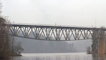 Most kolejowy nad Jeziorem Pilchowickim (fot. Wikipedia/Paweł Kuźniar)
