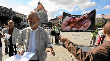 Mariusz Dzierżawski z fundacji Pro - Prawo do Życia podczas manifestacji rycerzy Kolumba przeciw zakazowi wystawiania fotografii przedstawiających ludzkie płody po zabiegu aborcji. Żywiec, 25 września 2009 r.