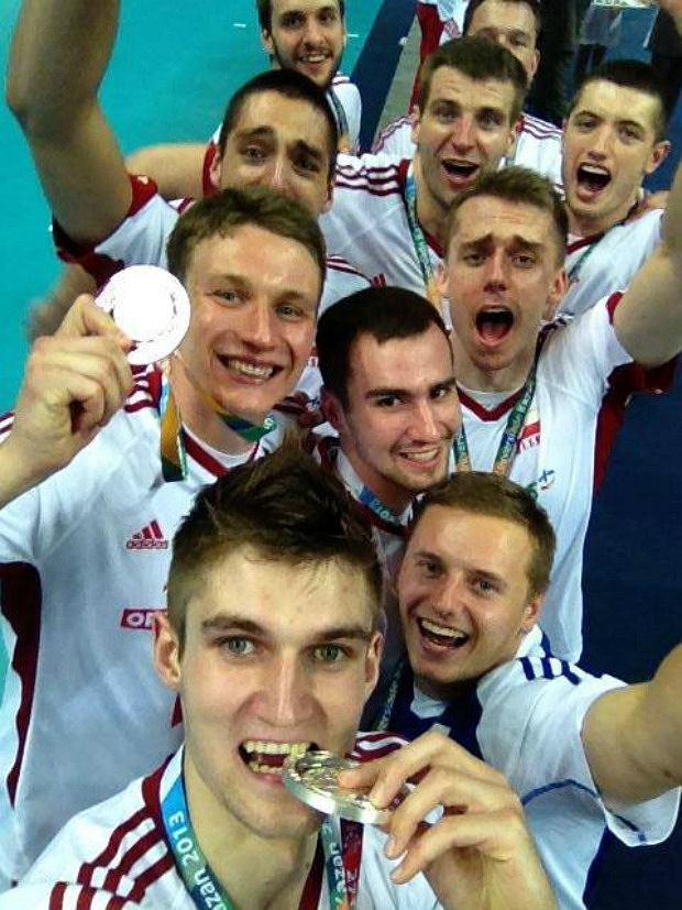Polscy siatkarze celebrują srebro letniej Uniwersjady w Kazaniu